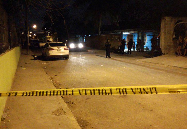 El cuerpo de un joven fue encontrado sin vida en una calle de la Supermanzana 67, ayer por la noche. (Eric Galindo/SIPSE)