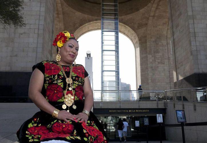 Los muxes no son necesariamente transexuales, pero su imagen más conocida es portando el traje tradicional oaxaqueño. (Agencias)