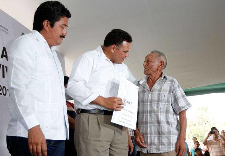 En total, el Gobierno entregó 708 títulos de propiedad a igual número de familias de Yucatán. (Cortesía)