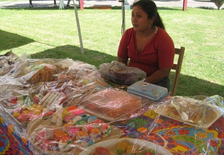 Desde temprana hora instaló un puesto de dulces preparados con  frutas de la región. (Javier Ortiz/SIPSE)
