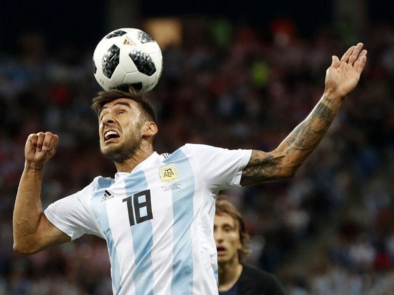 Toma y daca de Croacia contra Argentina. El partido antes del minuto 15 ya tenía ocasiones claras de gol por ambos bandos (Foto: AP)