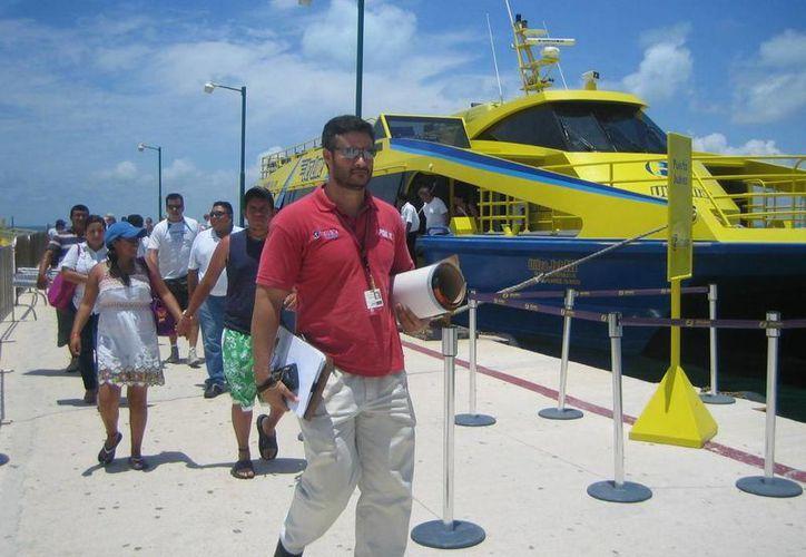 Turistas mexicanos y extranjeros visitan el destino insular. (Lanrry Parra/SIPSE)