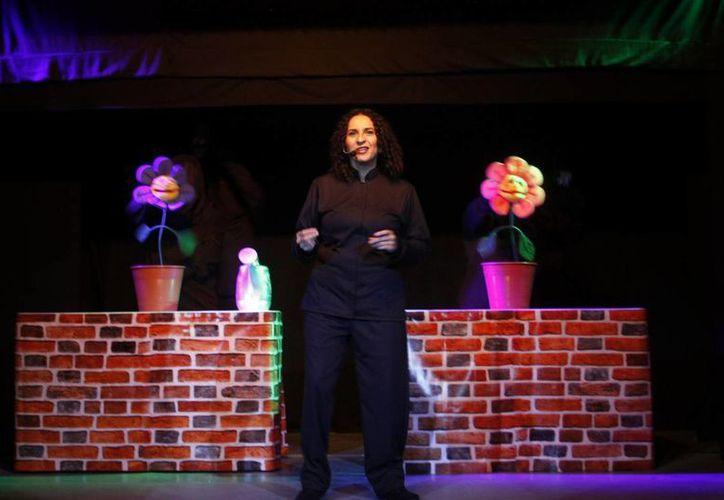 La presentación de la obra inició con números músicales liderados por Andrea Herrera en el teatro 'Pedrito'. (Milenio Novedades)