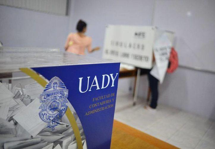Las elecciones en la Facultad de Contaduría transcurrieron en aparente calma, aunque los golpes se dieron, en todo caso, 'por debajo de la mesa'. (Luis Pérez/SIPSE)