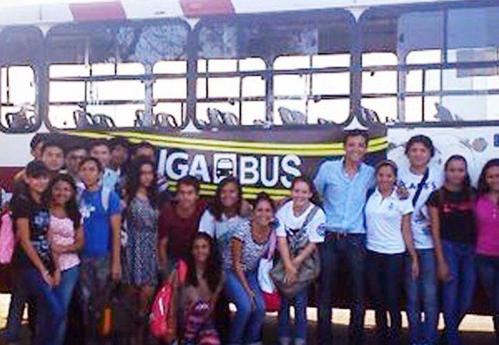 """Estudiantes de Derecho posan en la foto con el camión del  el proyecto """"Liga-Bus"""". (Milenio Novedades)"""