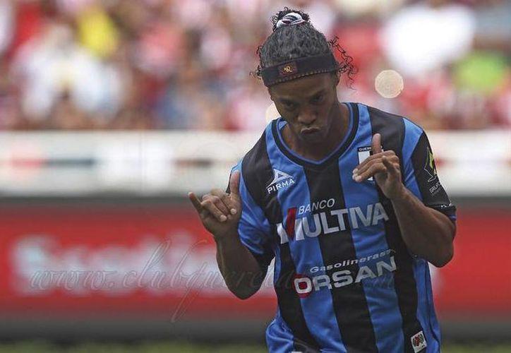 Ronaldinho se estrenó en la Liga Mx, anotó y ya está en la tabla de goleadores del Apertura 2014. (Twitter @Club_Queretaro)