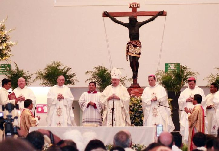 El festejado presidió la ceremonia eucarística, acompañado de cardenales y obispos. (Jorge Acosta/Milenio Novedades)