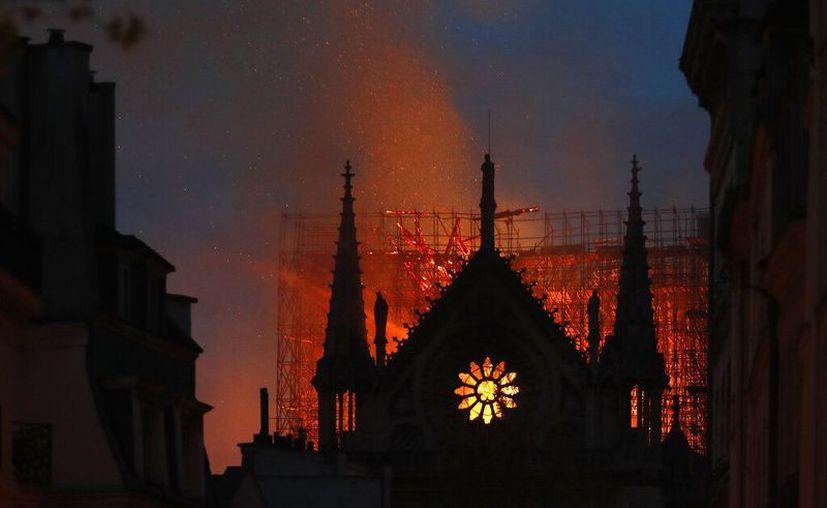 Ni el esposo de Salma Hayek he depositado lo prometido y eso retrasa la reconstrucción de la catedral. (Foto: AP)