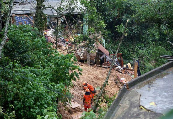 Las autoridades informaron esta mañana del hallazgo del cadáver de un joven por los equipos de rescate en el barrio Quintandinha. (EFE)