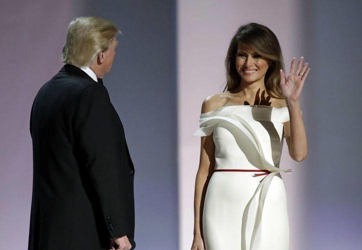 La prensa estadounidense desconoce el pasado familiar de la flamante Primera Dama, cosa que no sucedió con Michelle Obama, Laura Bush o Hillary Clinton. (AP/Patrick Semansky)