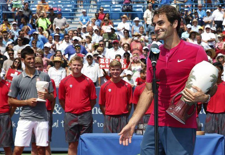 Federer ganó por séptima ocasión el codiciado Masters 1000 de Cincinnati al derrotar al serbio Novak Djokovic. (AP)