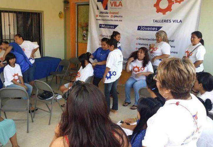 Aspecto del primer taller que puso en marcha el diputado Mauricio Vila, en la colonia San Pedro Uxmal. (Cortesía)