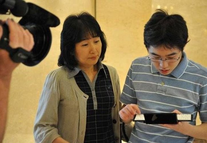 Naoki Higashida, quien aparece en la imagen con su madre, sufre autismo severo. (thesundaytimes.co.uk)