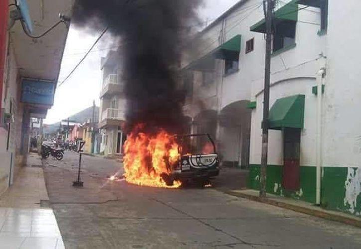 Tras la desaparición de un sacerdote en Catemaco, manifestantes tomaron el Palacio Municipal y quemaron una patrulla.  (jornada.unam.mx)