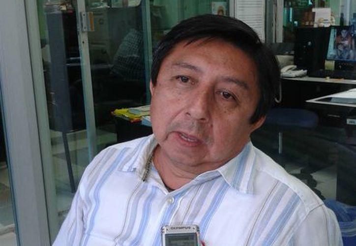 René González Canché lleva más de 23 años de experiencia en la docencia. (Tomás Álvarez/SIPSE)