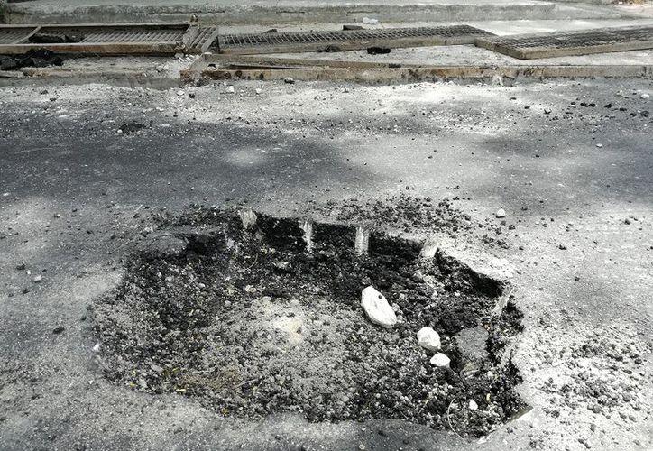 Hace menos de un mes rehabilitaron la Avenida Costera, pero ya fue 'mutilada' para colocar registros y alcantarillas. (Javier Ortiz/SIPSE)