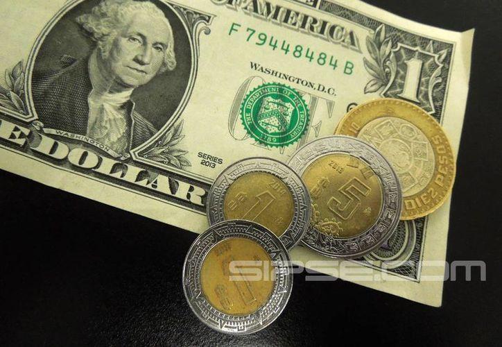 El peso pierde fuerza ante el dólar. (Foto: Christian Coquet/SIPSE)