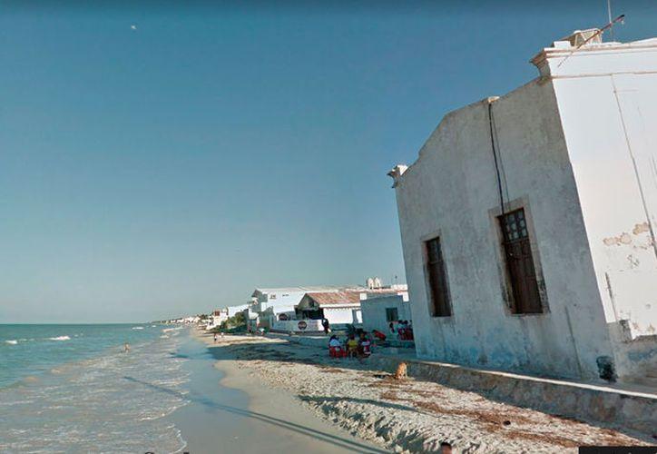 La construcción de un muro de contención en playas de Telchac Puerto, sin los permiso correspondientes, fue clausurada por Profepa. La imagen es sólo ilustrativa. (Google street view)