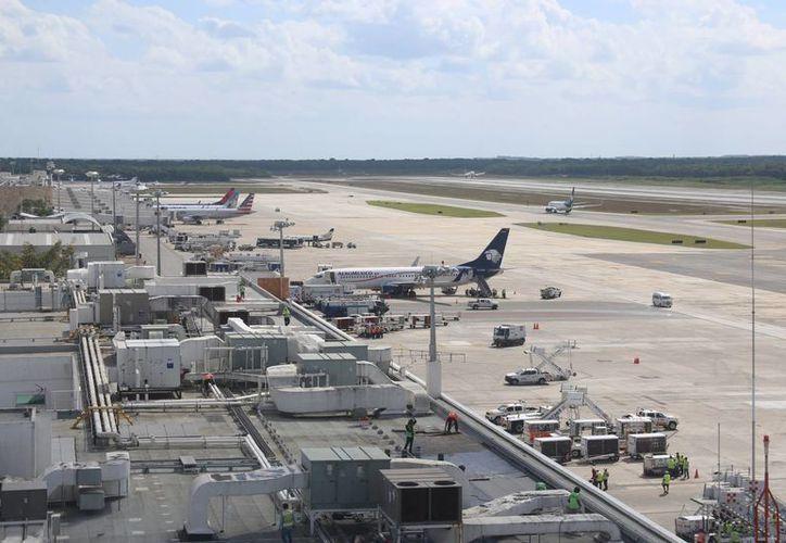 El aeropuerto de Cancún se enlaza con otro destino al interior del país. (Israel Leal/SIPSE)