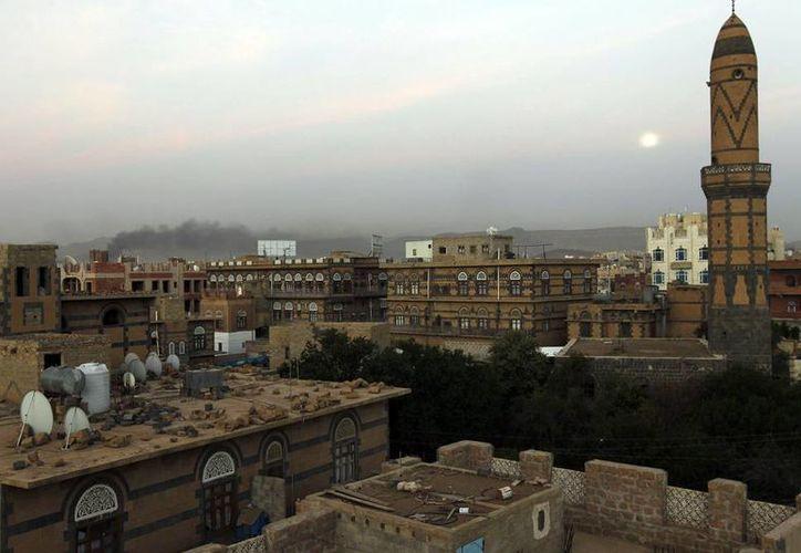 Columnas de humo en un puesto militar controlado por rebeldes hutíes después de un bombardeo liderado por Arabia Saudí en Saná, Yemen. Al menos 40 personas murieron durante el ataque. (EFE)