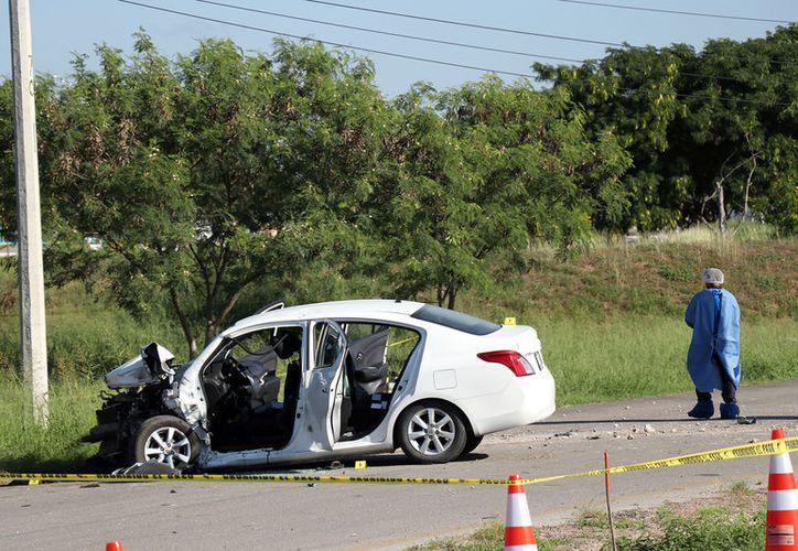 Tras los disparos, el auto en el que iban agentes de la Policía Estatal de Investigación con el matrimonio se estrelló en el Periférico de Mérida (Foto: Pallota)