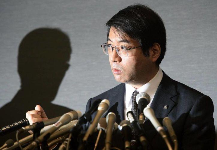 Fotografía del 16 de abril de 2014, donde se observa a  Yoshiki Sasai, subdirector del Centro RIKEN para Biología de Desarrollo, dando una conferencia de prensa en Tokio. (Agencias)