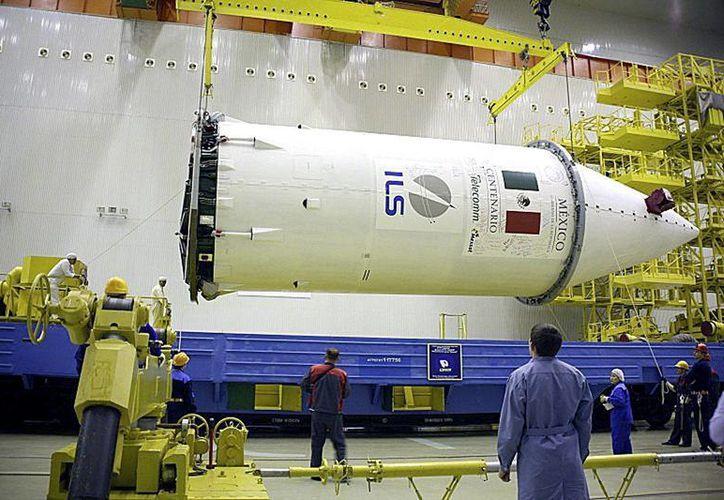 Imagen cedida por la Secretaría de Comunicaciones y Transportes (SCT) del satélite de comunicaciones mexicano Centenario durante su proceso de ensamblaje. (EFEMEX/SCT)