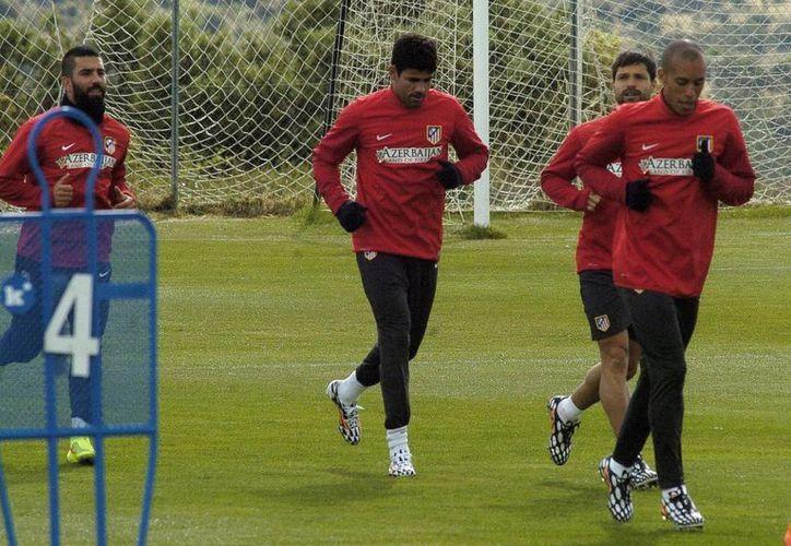 Miranda (d), Arda Turan (i) y Diego Costa (c) durante un entrenamiento del Atlético de Madrid previo a la final de Europa contra Real Madrid. (EFE)