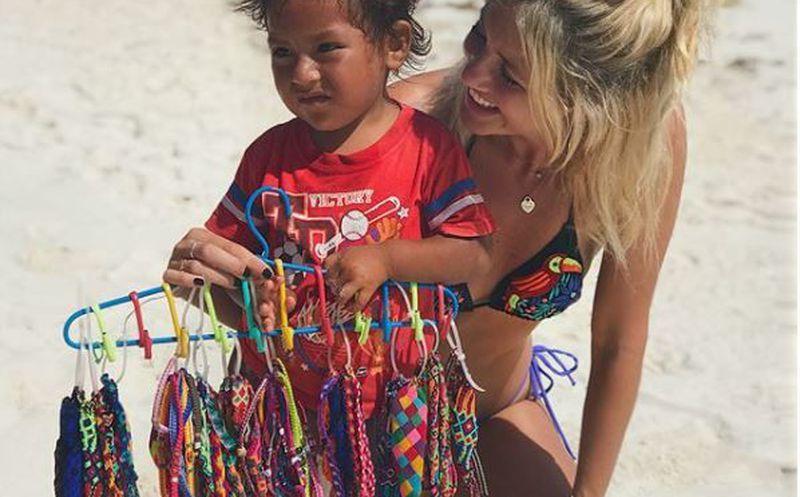 Modelo genera controversia racista por una foto con un niño en Cancún