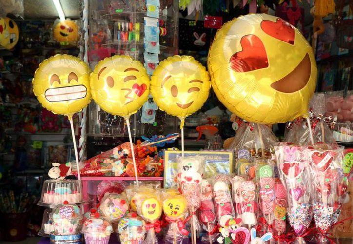 Los globos con mensaje también fueron muy vendidos para regalar este Día del Amor y la Amistad. (José Acosta/SIPSE)