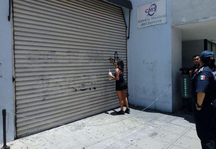 La Policía Municipal de Mérida informó que la persona que sea sorprendida pintando grafittis y/o pegando calcomanías en el Centro Histórico, será sancionada. (Milenio Novedades)