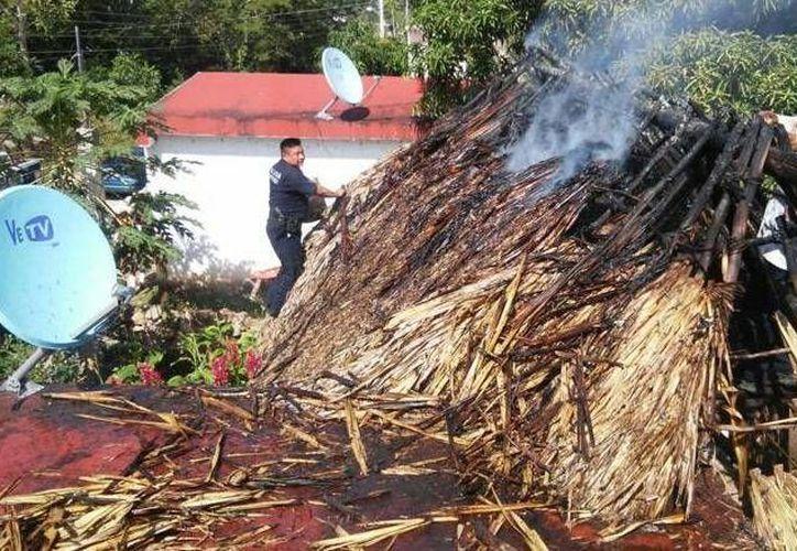 Vecinos del lugar ayudaron a apagar el siniestro. (Redacción/SIPSE)