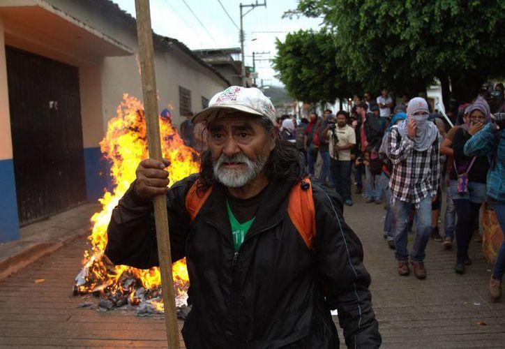 Tras el hurto e incendio de boletas en Tixtla, se dio a conocer que se anulaban las elecciones para alcalde, pero ahora se informa que los comicios aún no se anulan, pese al evidente vandalismo. (Notimex)