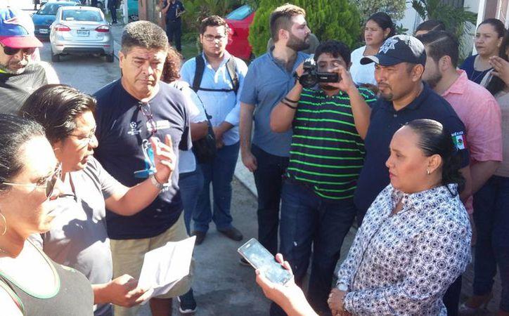 La presidenta municipal, Cristina Torres, escuchó los pedidos de seguridad de habitantes de Las Palmas 1. (Daniel Pacheco/SIPSE)