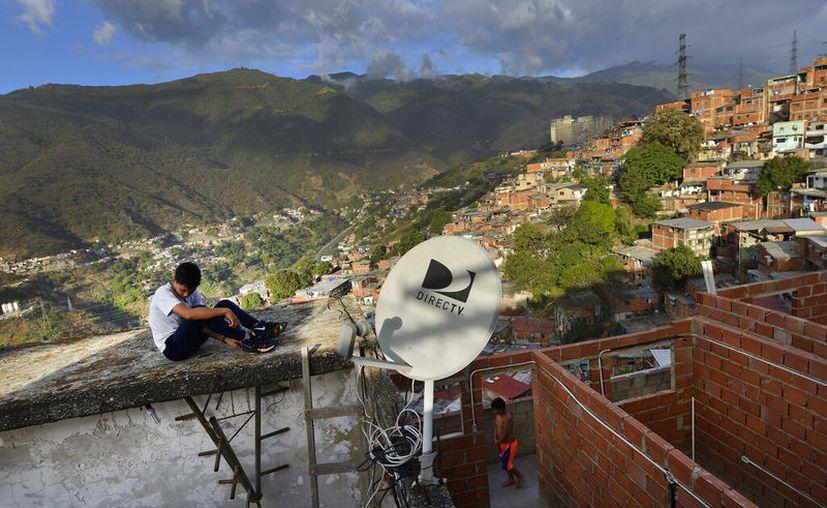 Una antena de DirectTV en una casa en el vecindario Catia, en Caracas, Venezuela. (AP Foto/Matias Delacroix, Archivo)