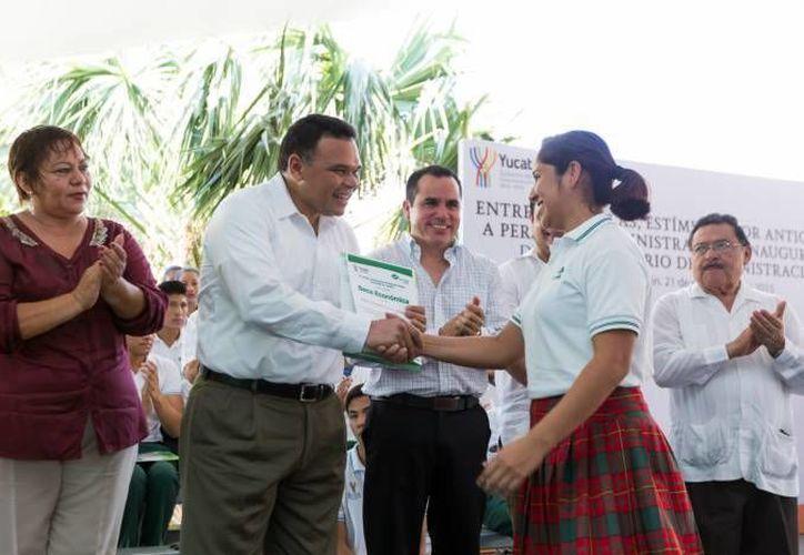 l gobernador Rolando Zapata estuvo este lunes en el plantel Conalep Mérida II para hacer entrega de más becas. (Foto de archivo de Milenio Novedades)