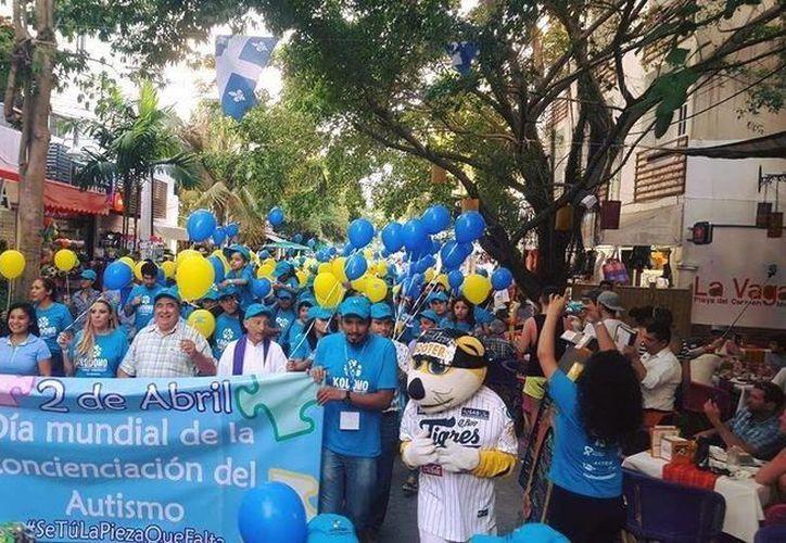 El Tigre Chacho participó en la caminata sobre la concientización sobre el autismo en Playa del Carmen. (Redacción/SIPSE)