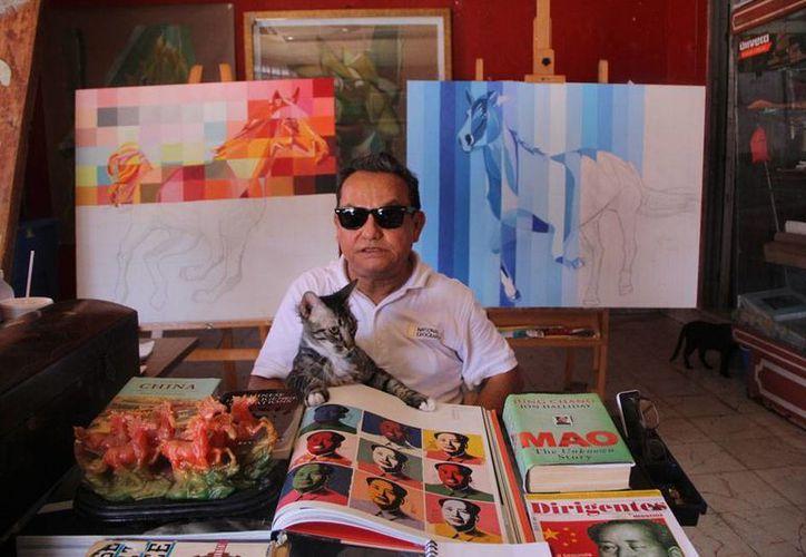 El pintor yucateco José Luis Loría está en la parte última de la planeación de lo que él mismo ha llamado 'el viaje más importante de su vida artística': se mudará a China para pintar desde ahí su propio 'Libro de las Maravillas'. (José Acosta/Milenio Novedades)