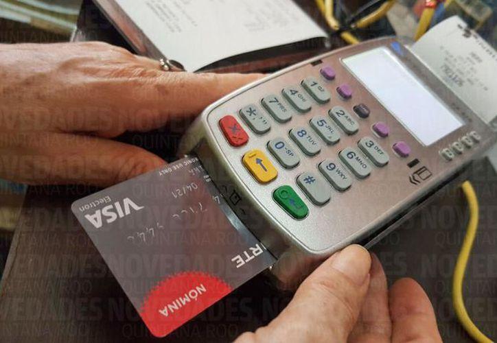 Al pagar con tarjeta es importante estar pendientes que no copien ninguno de nuestros datos personales. (Foto: Ivett y Cos/SIPSE).