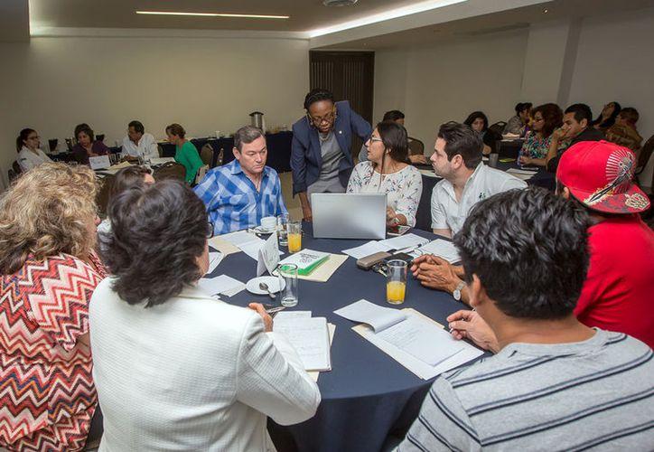 """Gobierno, escuelas, Fuerzas Armadas y organizaciones ciudadanas participaron en el taller """"Estrategias para la salud mental"""", impartido por expertos de las organizaciones Mundial y Panamericana de la Salud. (Cortesía)"""