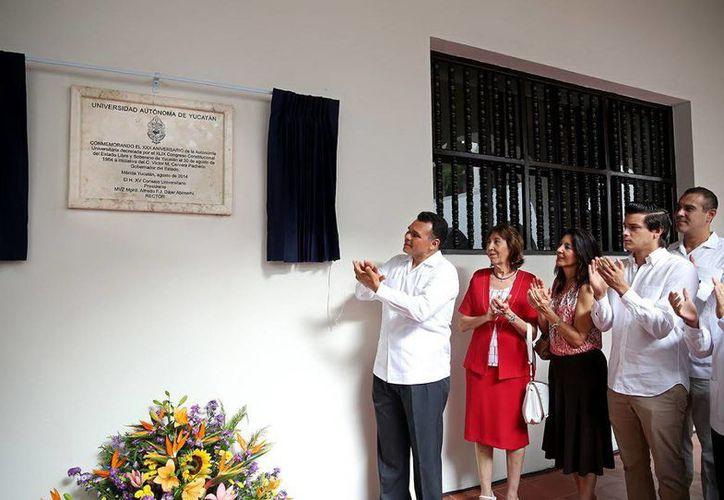 El jefe del Ejecutivo estatal develó la placa que rememora los 30 años de autonomía de la Uady. (Milenio Novedades)