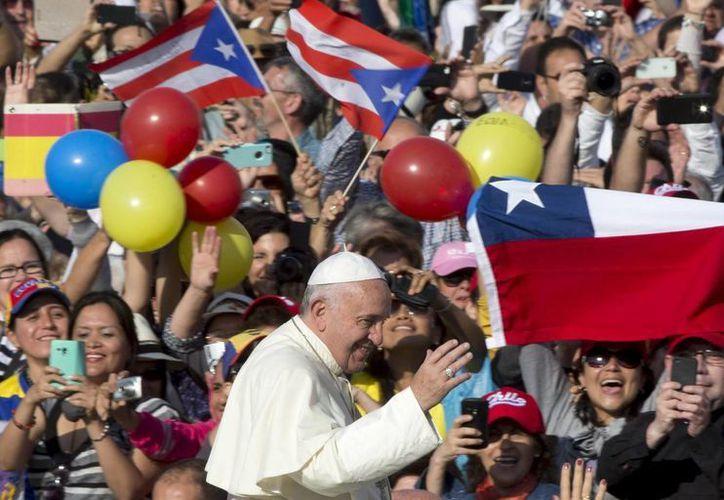 El papa Francisco saluda a las personas congregadas a su llegada a la Plaza de San Pedro del Vaticano. (Archivo/EFE)