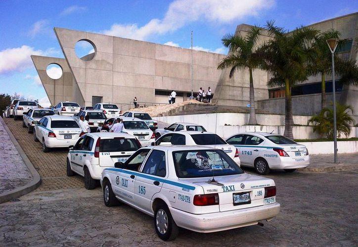 Los taxistas fueron exhortados para no tener más conflictos violentos contra choferes de Uber para no dañar la imagen del destino. (Daniel Pacheco/SIPSE)