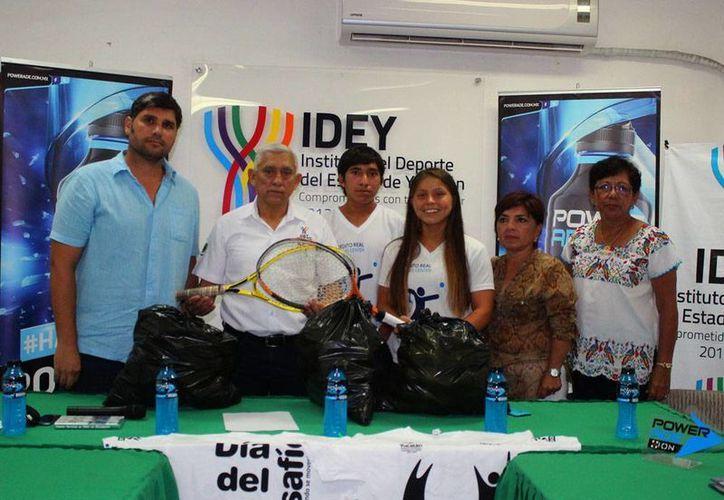 El director del IDEY, Juan Sosa Puerto, con Haina Franco y Ramiro Ramírez, seleccionados nacionales de tenis, en el anuncio de la ampliación del programa 'Tenis por un peso'. (Milenio Novedades)