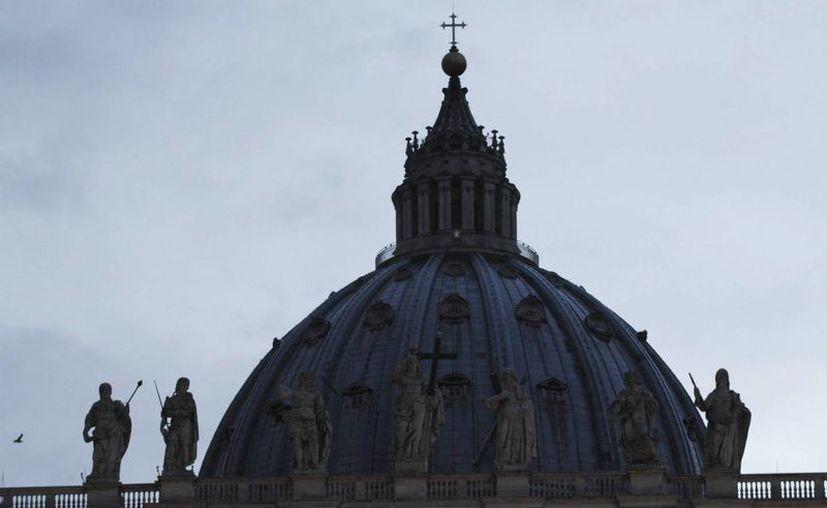 Un albanés de 49 años llegó hasta la cúpula de la basílica de San Pedro, desde donde amagó con suicidarse. (Agencia)