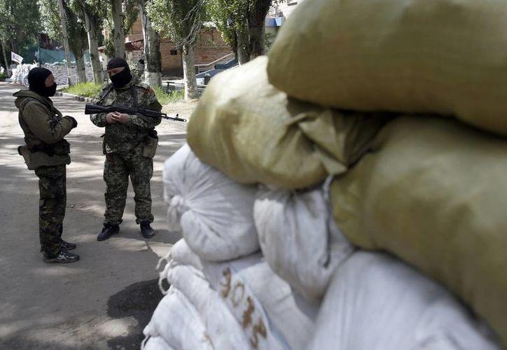 Hombres armados, simpatizantes rusos, montan guardia afuera de la oficina administrativa en el centro de Slovyansk, Ucrania. (Foto: AP)
