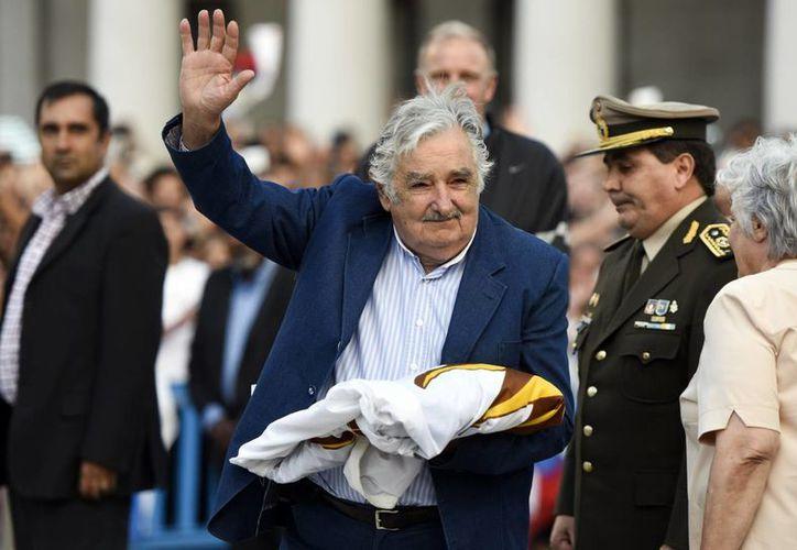 José Mujica, con la Bandera de Uruguay en la mano, se despide de miles de uruguayos que acudieron a su último acto oficial  como Presidente. (Foto: AP)