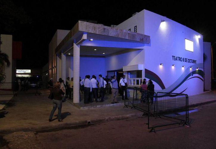 El teatro cuenta con un escenario, camerinos, un salón de usos múltiples, una cafebrería y baños. (Tomás Álvarez/SIPSE)