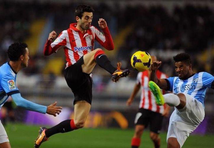 El Málaga (de azul con blanco) contó con grandes atajadas de su portero camerunés Carlos Kameni, que desplazó al mexicano Guillermo Ochoa de la titularidad para el partido ante Bilbao. (foxsportsasia.com)