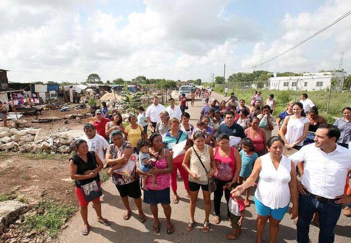 El Alcalde anunció el apoyo para los damnificados de un incendio, en la colonia Nueva San José Tecoh. (Milenio Novedades)